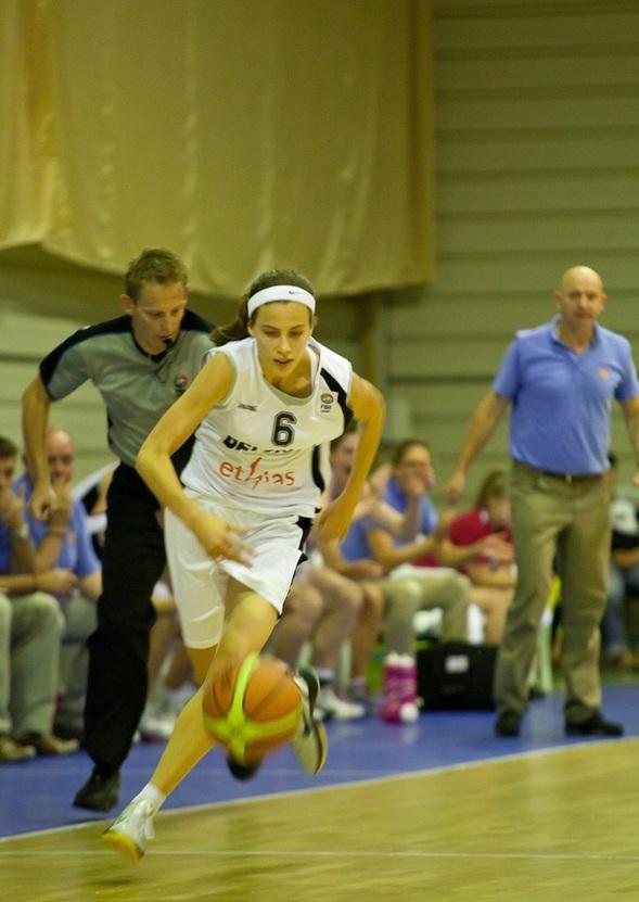 Antonia Delaere repart en contre pour aller chercher deux lancers qui ramèneront la Belgique (photo: www.totalbaschet.ro)
