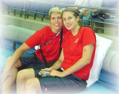 Fannie Vandesteene et Lieselot Malfait, convalescentes sur le banc face au Canada