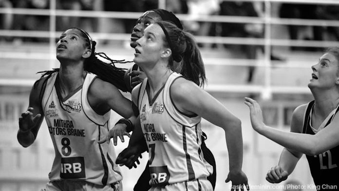 Celeste Trahan-Davis et Antonia Delaere (Castors Braine) défendent leur trophée (photo: King Chan)