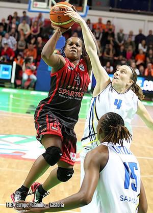 Anke De Mondt sur le toit de l'Europe  (photo: FIBA Europe/Ciamilo-Castoria)