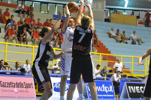 Que ce soit contre la Grèce ou la Russie mardi, avec An-Katrien Nauwelaers & cie, on ne passe pas ! (photo: FIBA Europe/Castoria/Gregolin)