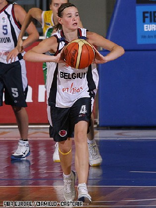 Avec Sarah Deneil, Jasmine Rosseel redresse la tête (photo: FIBAEurope.com)